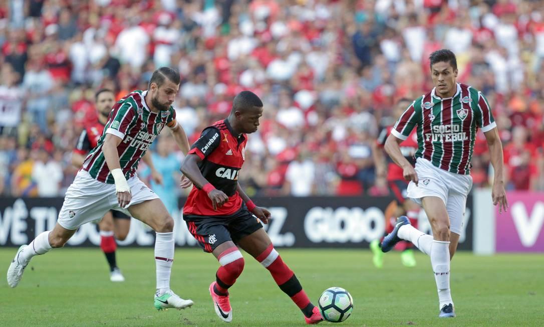 Considerado uma promessa no Flamengo, Vinicius Júnior conduz a bola, observado pelos zagueiros Henrique e Reginaldo Márcio Alves / Agência O Globo