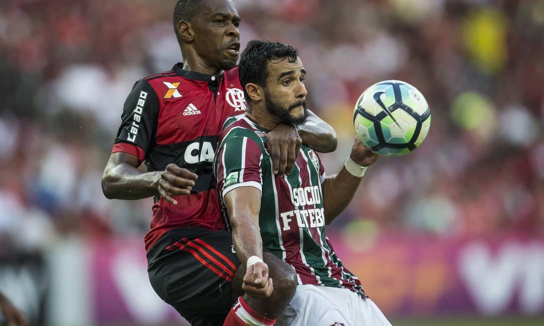 O zagueiro rubro-negro Juan marca firme o atacante tricolor Henrique Dourado Guito Moreto / Agência O Globo