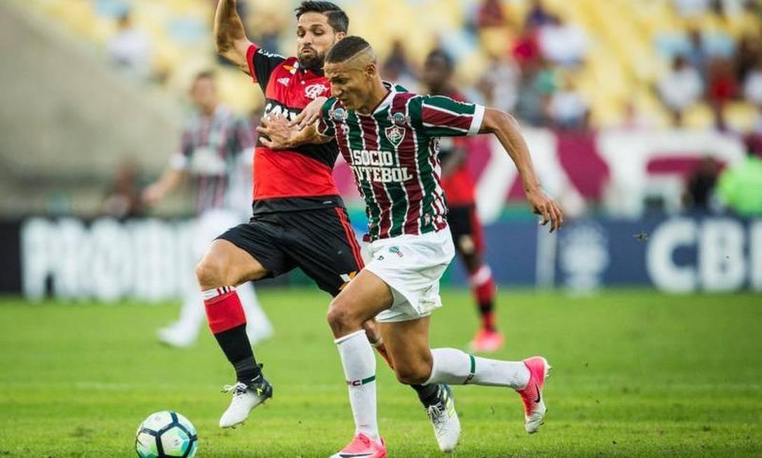 O meia Diego, autor do gol do Flamengo, é marcado pelo atacante Richarlison, do Fluminense Guito Moreto / O Globo