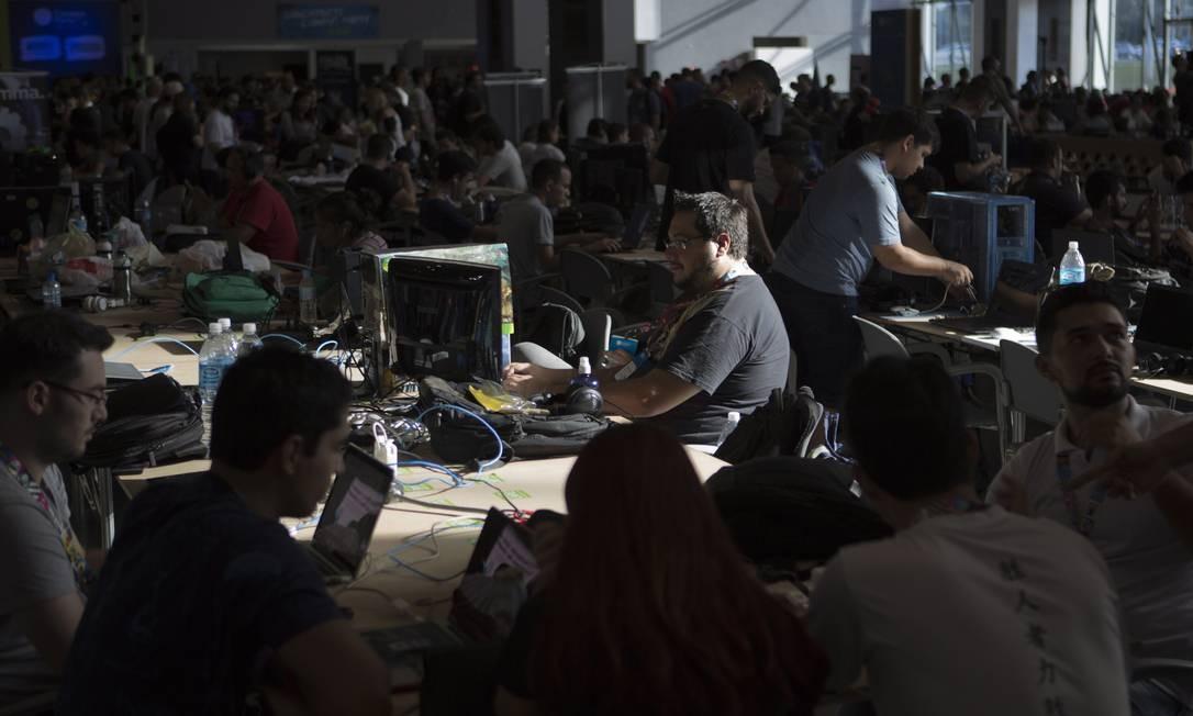 Apaixonados por tecnologia também aproveitaram para usar a internet de alta velocidade: 20 Gbps Michel Filho / Agência O Globo