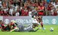 Richarlison é derrubado por Juan enquanto driblava Thiago: pênalti deixou Fluminense perto da vitória sobre o Flamengo