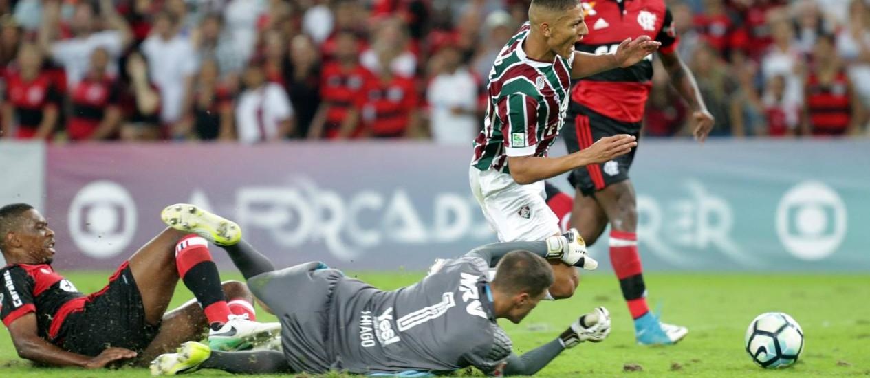 Richarlison é derrubado por Juan enquanto driblava Thiago: pênalti deixou Fluminense perto da vitória sobre o Flamengo Foto: Márcio Alves / Agência O Globo
