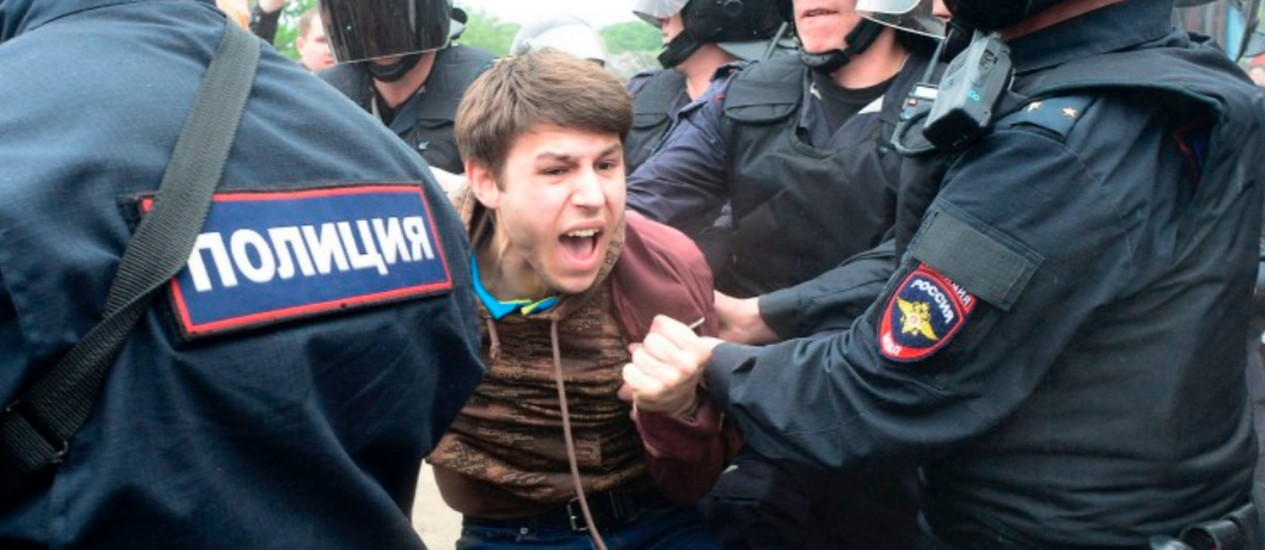 Jovem é detido pela polícia durante protesto em São Petersburgo: população expõe revolta com governo russo antes da Copa das Confederações Foto: OLGA MALTSEVA/AFP