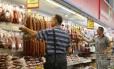 No varejo. Venda de embutidos na cidade de Naberejnye Chelny. Das importações de carne da Rússia, 60% são do Brasil