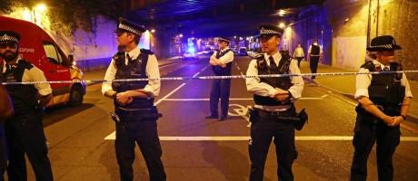 Policiais fecham ruas após um veículo atropelar pedestres em Londres Foto: NEIL HALL / REUTERS