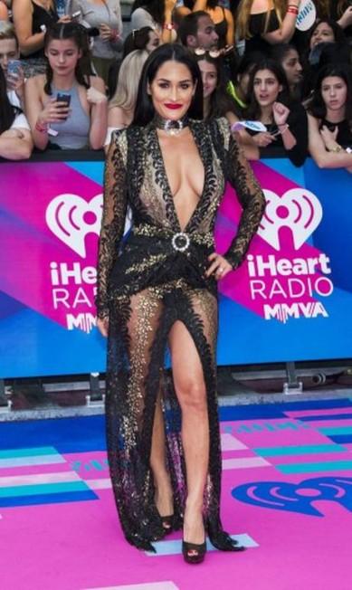 Mas não foi só Iggy que chamou atenção por suas escolhas fashion. A lutadora e atriz Nikki Bella também foi com tudo no quesito transparência Arthur Mola / Arthur Mola/Invision/AP
