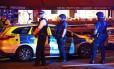 Policiais patrulham o local próximo ao ataque em Londres
