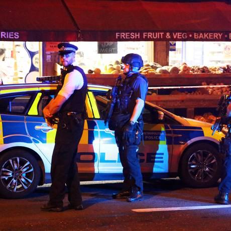 Policiais patrulham o local próximo ao ataque em Londres Foto: STRINGER / REUTERS