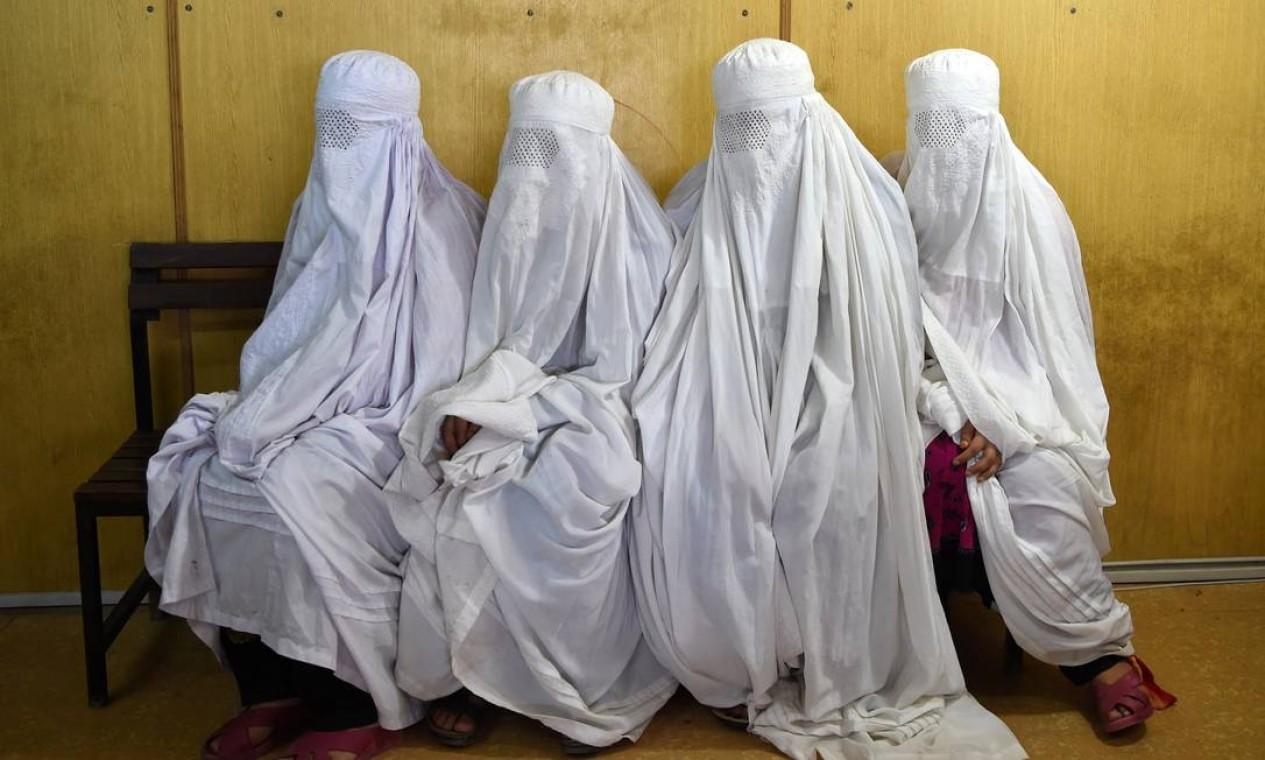 Afegãs aguardam para fazerem registro em centro para refugiados em Peshawar, no Paquistão Foto: ABDUL MAJEED / AFP