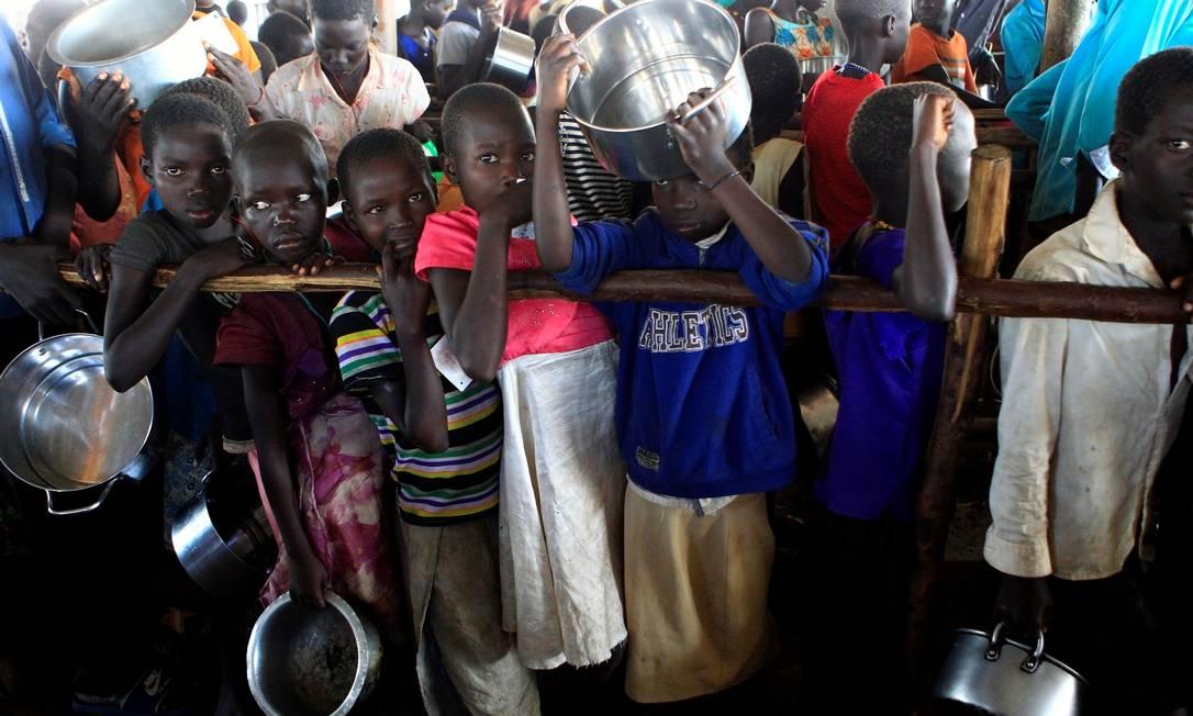 Crianças de Sudão do Sul num acampamento para refugiados em Uganda JAMES AKENA / REUTERS