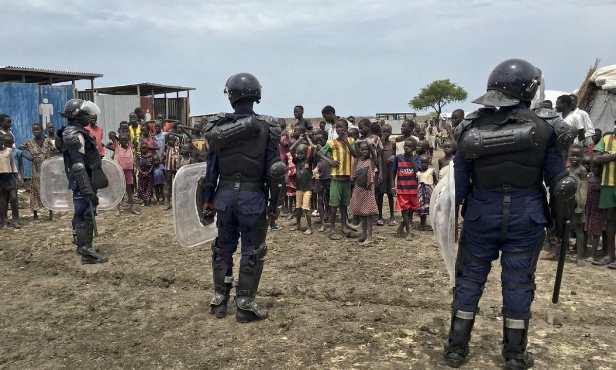 Forças das Nações Unidas fornecem segurança a acampamento de deslocados internos no Sudão do Sul Foto: Sam Mednick / AP