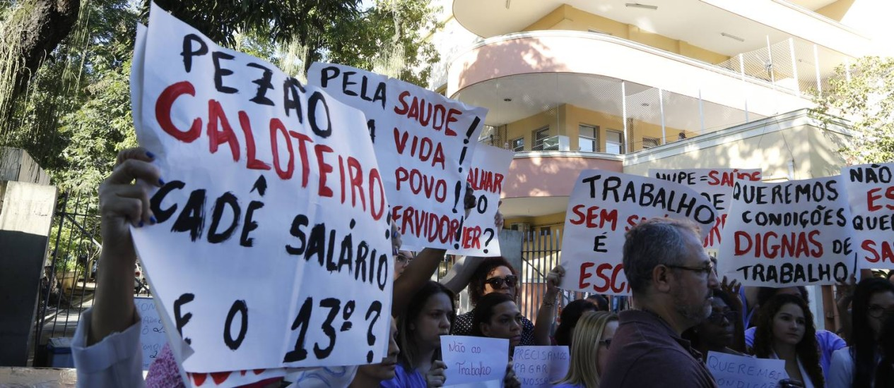 Sem receber há dois meses, funcionários do Hospital Pedro Ernesto fazem protesto em frente à unidade Foto: Antonio Scorza / Agência O Globo