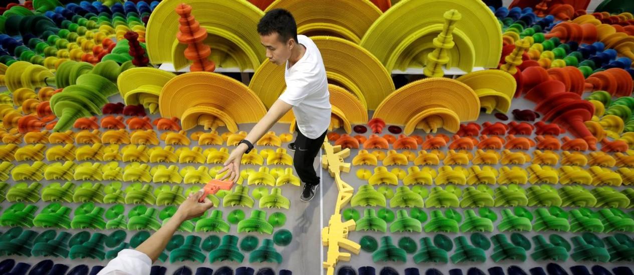 """Li Hongbo na montagem da exposição """"Ocean of flowers"""" na China Foto: Jason Lee / Reuters"""