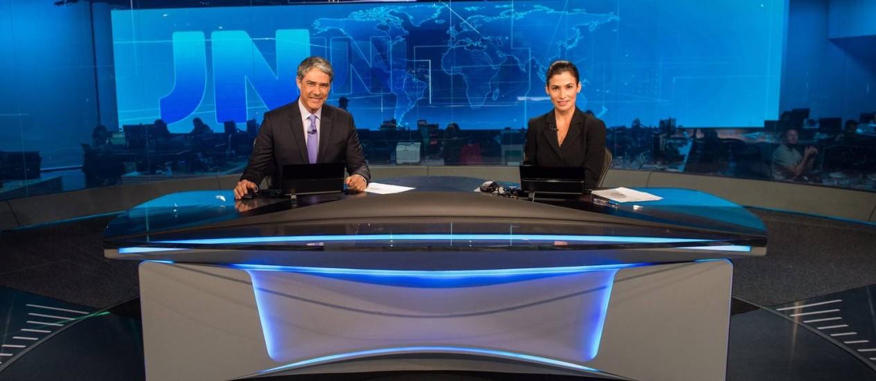 Os apresentadores William Bonner e Renata Vasconcellos inauguram o novo estúdio do 'Jornal Nacional', com o painel em vidro ao fundo Foto: Agência O Globo