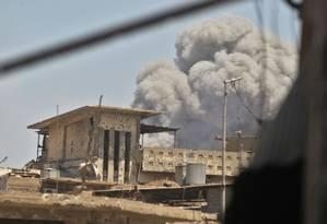 Nuvens de fumaça após um ataque de um carro-bomba na Cidade Velha de Mossul Foto: AHMAD AL-RUBAYE / AFP