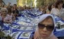 Mães de Maio mostram fotos de desaparecidos na ditadura argentina Foto: EITAN ABRAMOVICH / AFP