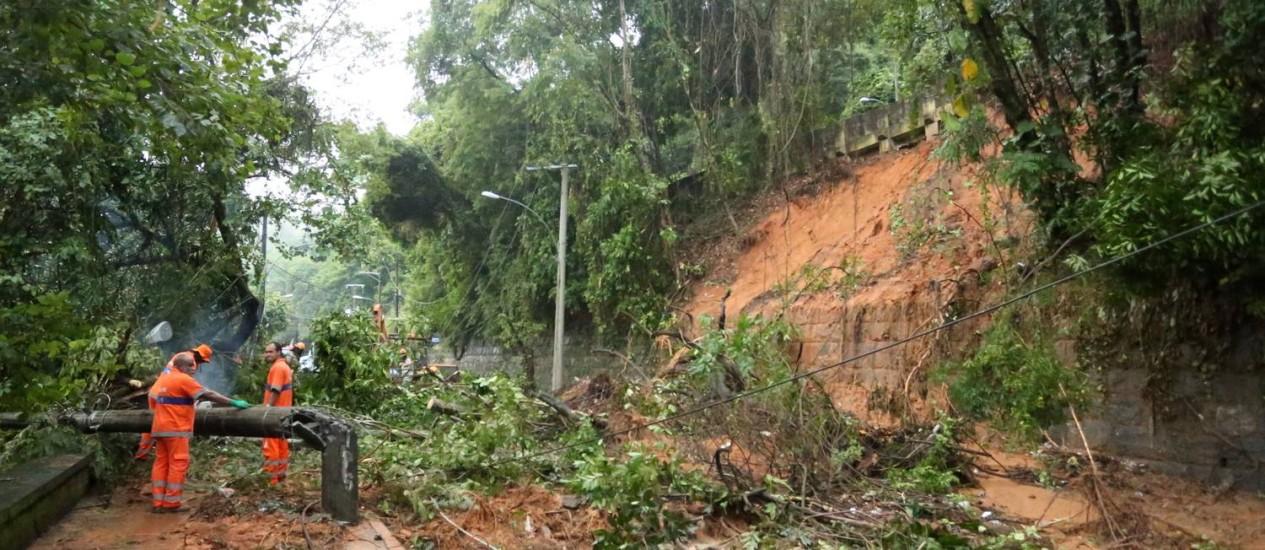 Garis limpam via no Alto da Boa Vista, após deslizamento de terra Foto: Fabiano Rocha / Agência O Globo