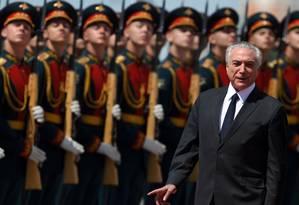 O presidente Michel Temer passa tropa em revista na chegada a Moscou Foto: KIRILL KUDRYAVTSEV / Kirill Kudryavtsev/AFP