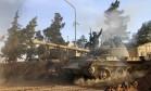 Um combatente das forças pró-regime sírio senta em um tanque na província de Raqqa Foto: Alexander Kots / AP