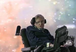 Hawking na frente de uma projeção da galáxia Foto: Divulgação/National Geographic Channels