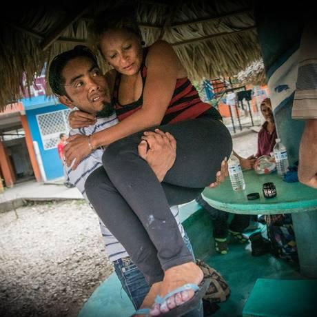 William carrega Gloria para a delegacia, onde denunciaram um assalto sofrido na rota da fronteira guatemalteca com o México: ambos tiveram que deixar o país por causa das ameaças de morte de gangues locais Foto: Divulgação/Marta Soszynska/MSF