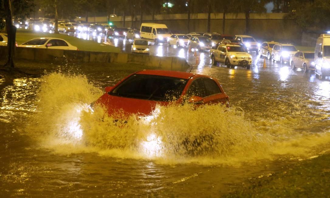 Motorista enfrenta bolsão de água na Lagoa: carros ficam presos em congestionamento na Avenida Borges de Medeiros Foto: Marcelo Theobald / Agência O Globo
