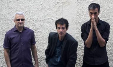 Picassos Falsos: o baixista Romanholli (à esquerda), o vocalista Effe e o guitarrista Cosi Foto: Letícia Romanholli / Divulgação