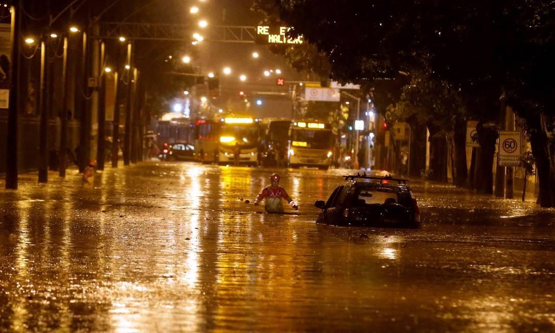 Carro fica ilhado na Rua Jardim Botânico, alagada devido à chuva Foto: Marcelo Theobald / Agência O Globo