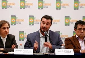 Mario Patron (centro), diretor do Centro de Direitos Humanos Miguel Agustin Pro Juarez, fala entre dois jornalistas mexicanos Foto: HENRY ROMERO / REUTERS