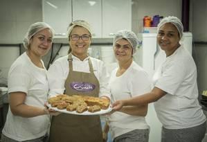 Simone Barbieri (de óculos), da Cozinha Crunch, conta com três funcionárias em sua empresa Foto: Analice Paron / Agência O Globo