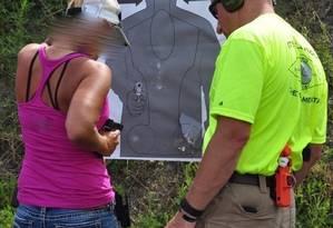 Fucionários de escolas recebem aulas de tiro e socorro médico a baleados Foto: FASTER