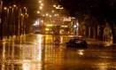 Carro fica ilhado na Rua Jardim Botânico, alagada devido à chuva Foto: Marcelo Theobald/Agência O Globo