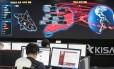 Imagem mostra funcionários da Agência de Internet e Segurança da Coreia do Sul monitorando possíveis ataques cibernéticos vindos da Coreia do Norte Foto: Yun Dong-jin / AP