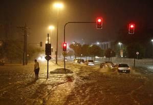 O Rio Maracanã transbordou durante a chuva que fechou o outono no Rio, e a água invadiu as pistas, prejudicando o trânsito (20/06/2017) Foto: Fabio Rossi / Agência O Globo