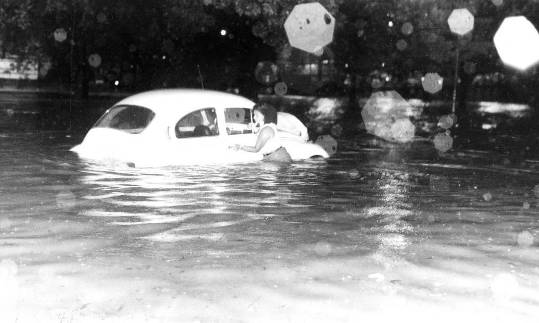 Alagamento na Avenida Maracanã não é uma novidade. Em 05/01/1992, uma mulher encarou a água para tentar proteger seu Fusca Foto: Paulo Moreira / Agência O Globo