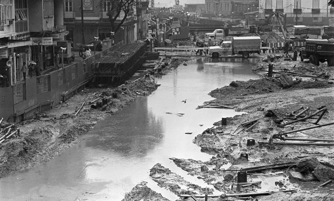 Na década de 1970, a Rua do Catete virou um mar de lama, após um temporal: a via estava em obras para a construção do metrô (09/12/1976) Foto: Arquivo O Globo / Agência O Globo