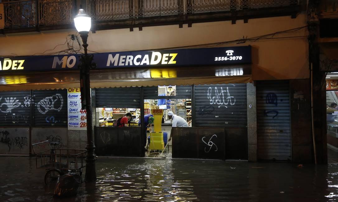 Funcionários limpam mercado que ficou alagado durante a chuva (20/06/2017) Foto: Fabio Rossi / Agência O Globo