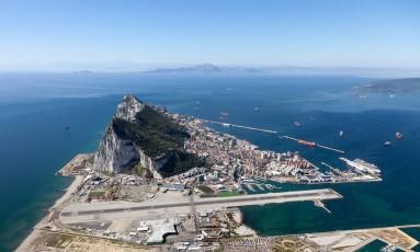 Rochedo. Foto aérea mostra Gilbraltar em primeiro plano e a África ao fundo Foto: Divulgação/Visit Gibraltar