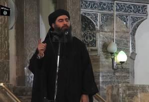 O líder do Estado Islâmico, Abu Bakr al-Baghdadi, fala na mesquita em Mossul Foto: HANDOUT / AFP