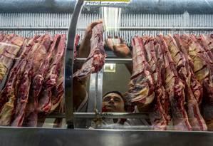 Movimentação em açougue em São Paulo: impacto da Operação Carne Fraca e da Operação Bullish, ambas da Polícia Federal, fizeram JBS adiar plano de listar braço internacional da empresa na Bolsa de Nova York Foto: Cris Faga/Fox Press Photo