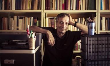 """Cicero: """"Se, por acaso, alguma coisa me levar a pensar teoricamente, o poema vai por água abaixo"""" Foto: Leo Martins / Agência O Globo"""
