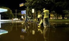 Avenida Borges de Medeiros permanecia alagada 24 horas após forte chuva que atingiu a região Foto: Fábio Rossi / Agência O Globo