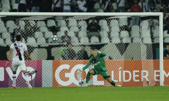 Após cabeçada de Roger, Martín Silva só observa a bola estufar as redes Foto: Alexandre Cassiano / Agência O Globo
