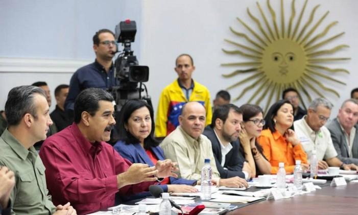 Maduro dirige conselho ministerial ao lado de seu vice, Tareck El Aissami (esquerda) Foto: Divulgação