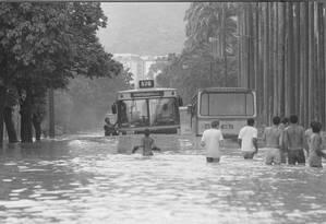 Nada mudou. A Rua Jardim Botânico alagada no fim da década de 1980: uma cena que se repete em 2017 Foto: Carlos Ivan / carlos ivan/1-2-1988
