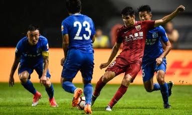 Oscar chuta a bola na direção de adversário: lance deu início a uma briga generalizada Foto: AFP