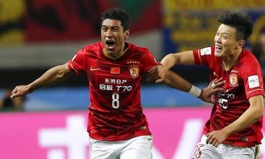 Paulinho comemora um gol marcado pelo Guangzhou Evergrande: jogador está em alta na China Foto: THOMAS PETER / Reuters