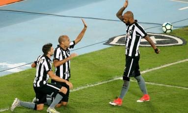 Bruno Silva (de pé) cumprimenta Roger e Pimpão após dar assistência para um dos gols do Botafogo contra o Vasco Foto: Satiro Sodré/SSPress