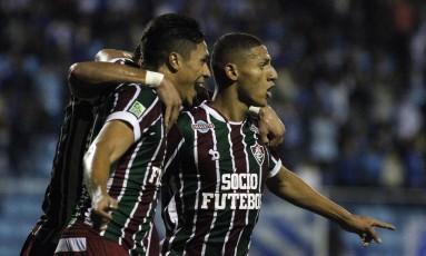 Richarlison e Mascarenhas são abraçados por Henrique Dourado (encoberto): os dois últimos marcaram na vitória sobre o Avaí Foto: Nelson Perez/Fluminense