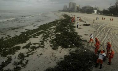 As gigogas foram arrastadas para a praia após temporal que atingiu a cidade Foto: Gabriel de Paiva / Agência O Globo